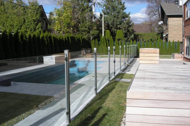 Clôture en verre autour d'une piscine
